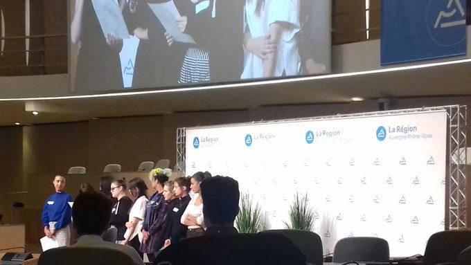 Les élèves de Première présentant leurs travaux à la tribune.